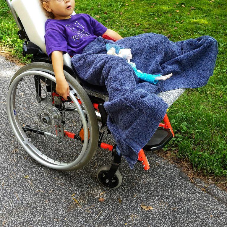 Hüftluxation, Rollstuhl, Dysplasie, Luxation, Baby, Kind, Osteotomie, Spreizanlage, Liegerollstuhl, Operation, Hüfte, Gips