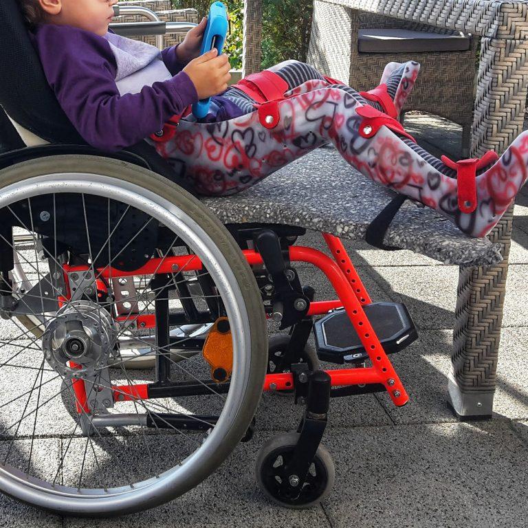 Hüftluxation, Rollstuhl, Dysplasie, Luxation, Baby, Kind, Osteotomie, Spreizanlage, Liegerollstuhl, Operation, Hüfte, Gips, Windel, Wickeln